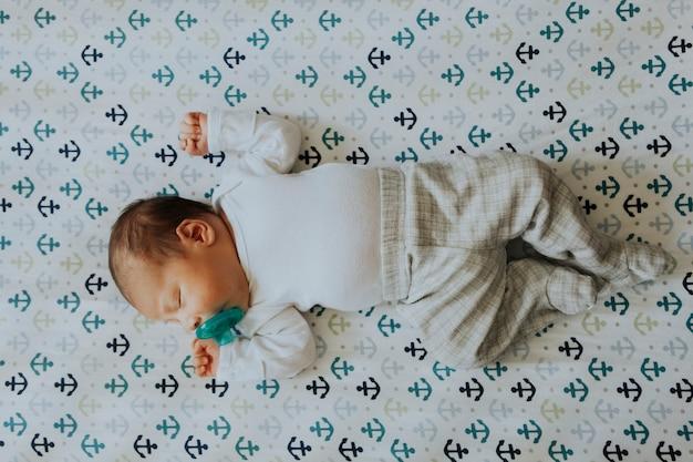 Friedliches baby schläft in einer krippe