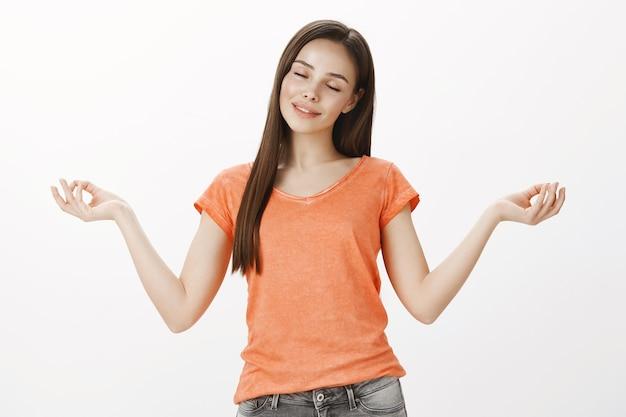 Friedliches meditierendes mädchen, schöne frau praktizieren yoga, fühlen sich ruhig, lassen stress ab