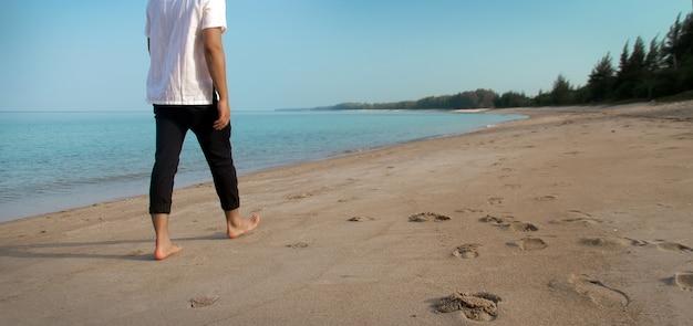 Friedliches wandern am strand in der sommerberufung
