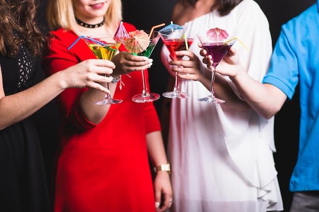 Friedns feiert mit cocktails