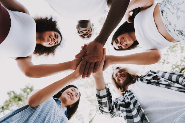 Friends hands stack kooperation und partnerschaft