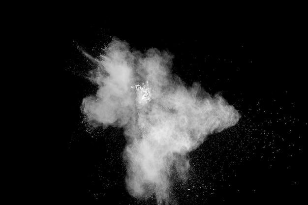 Frieren sie bewegung der weißen staubpartikel auf schwarzem hintergrund ein