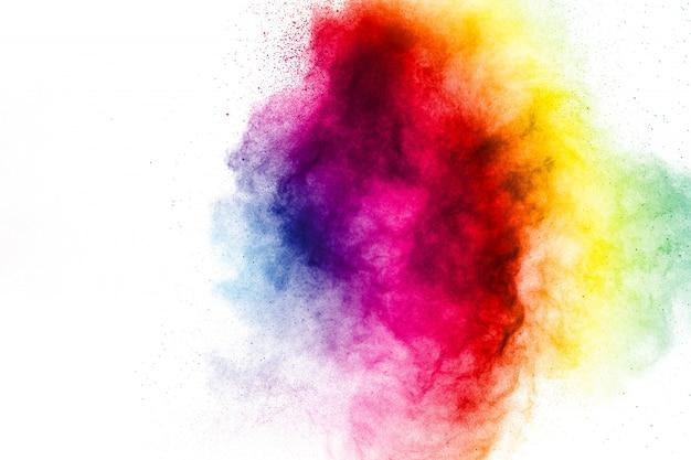 Frieren sie bewegung von farbigen puderexplosionen auf weißem hintergrund ein.