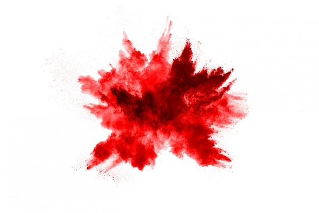 Frieren sie die bewegung des roten pulvers explodierend ein, lokalisiert auf weiß