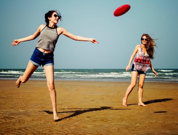 Frisbee beach chill coast sommer-weibliches mädchen-konzept