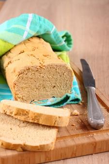Frisch aus dem ofen glutenfreies brot auf einem schneidebrett