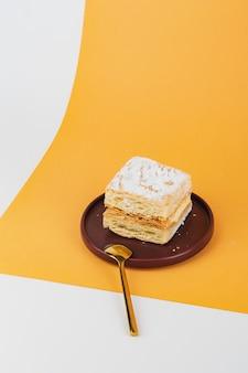 Frisch backen sie vanillepuddingkuchen auf einer platte
