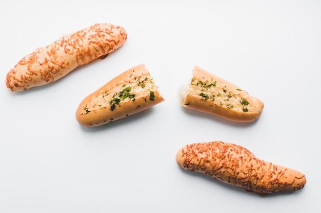 Frisch gebackene baguettes auf weiß