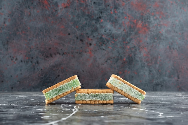 Frisch gebackene belgische waffeln isoliert auf einer marmoroberfläche