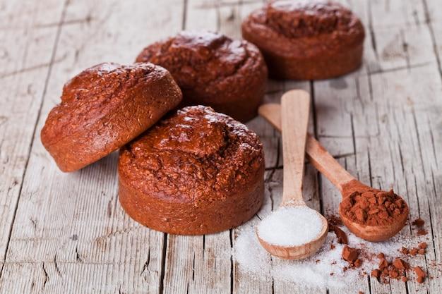Frisch gebackene braune kuchen, zucker und kakaopulver