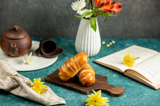 Frisch gebackene brötchen in einer laibform