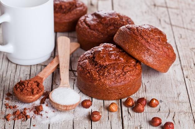 Frisch gebackene browny cakes, milch, zucker, haselnüsse und kakao
