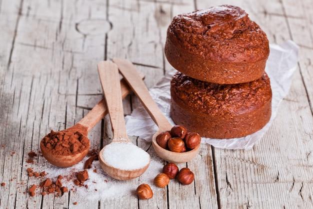 Frisch gebackene browny cakes, milch, zucker, haselnüsse und kakaopulver