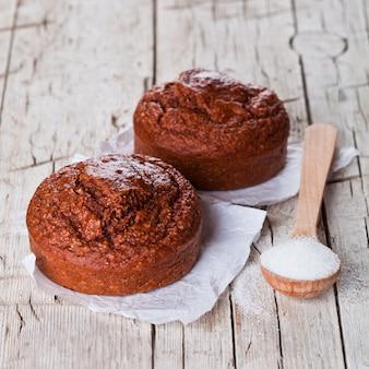 Frisch gebackene browny cakes und zucker