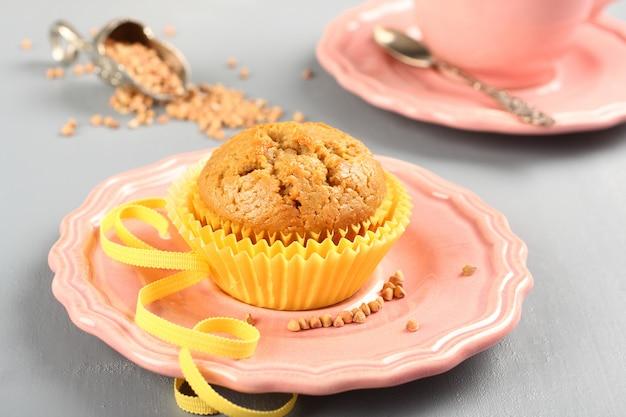 Frisch gebackene buchweizenmuffins auf der rosafarbenen platte