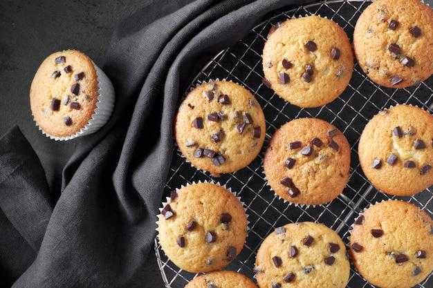 Frisch gebackene choco chip muffins abkühlen