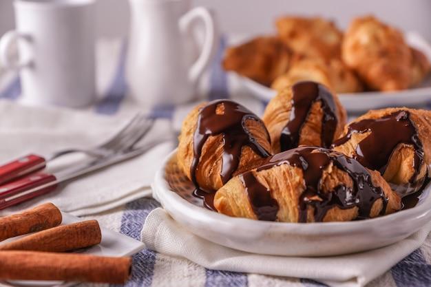 Frisch gebackene croissants auf einem teller,
