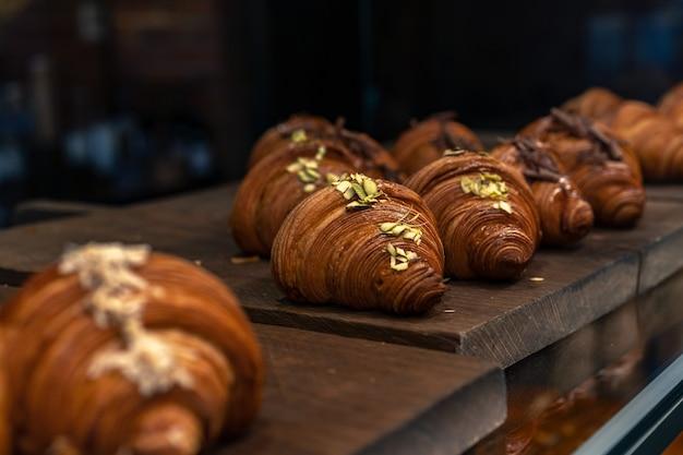 Frisch gebackene croissants in der glasvitrine des kleinen restaurants?
