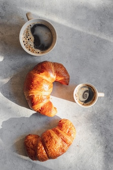 Frisch gebackene croissants mit kaffee-espresso