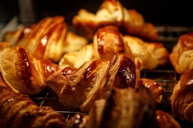 Frisch gebackene croissants. selektiver fokus. Premium Fotos