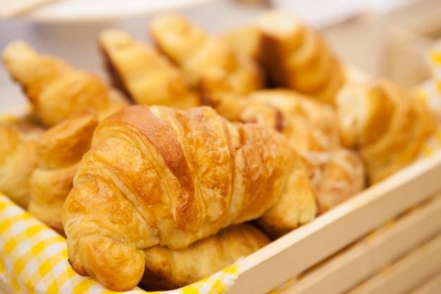 Frisch gebackene croissants. weicher fokus