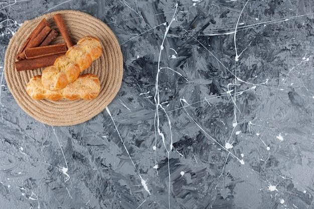 Frisch gebackene eclairs mit zimtstangen.