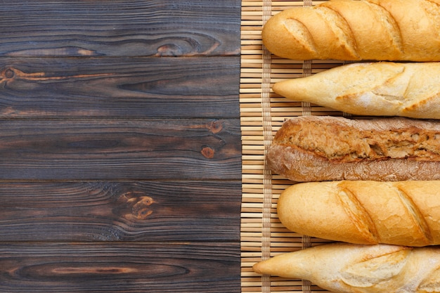 Frisch gebackene französische stangenbrote auf weißem holztisch