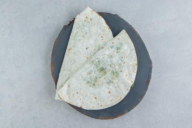 Frisch gebackene gutabs auf dem brett, auf dem marmorhintergrund.