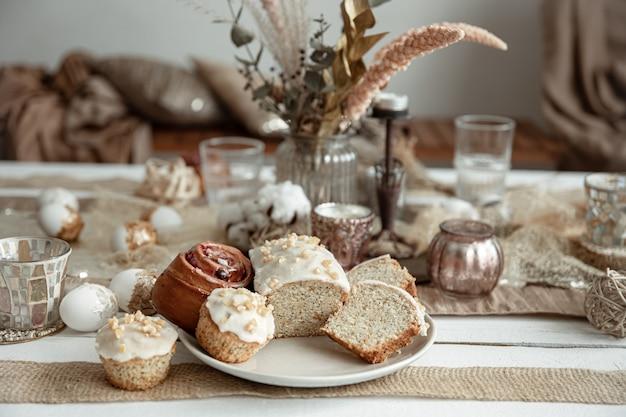 Frisch gebackene hausgemachte kuchen auf einem festlichen tisch.