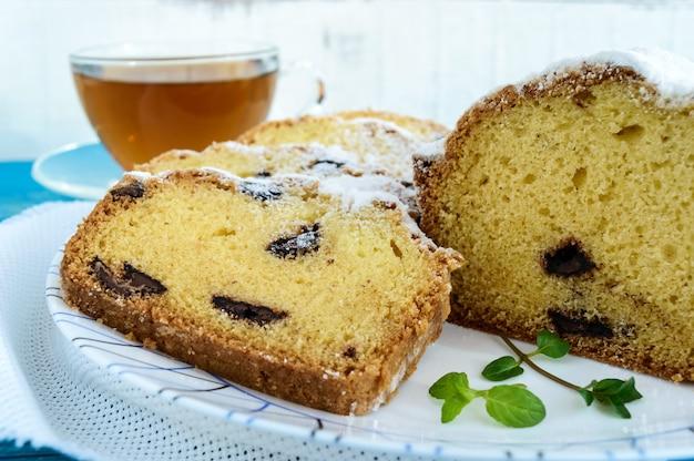 Frisch gebackene hausgemachte kuchen, die die oberseite mit puderzucker verzieren