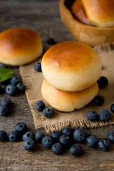 Frisch gebackene hausgemachte kuchen mit blaubeeren