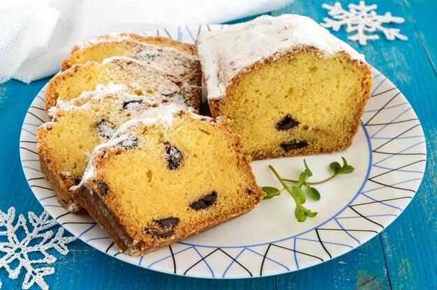 Frisch gebackene hausgemachte kuchen mit puderzucker