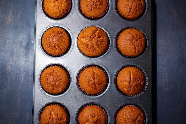 Frisch gebackene hausgemachte muffins im deck