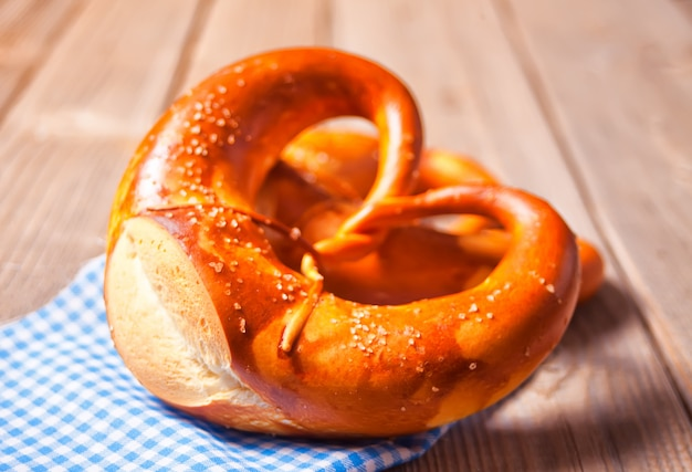 Frisch gebackene hausgemachte salz bayerische brezel. deutsche bäckerei.