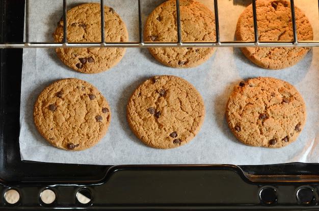 Frisch gebackene hausgemachte schokoladenkekse auf backform. ansicht von oben