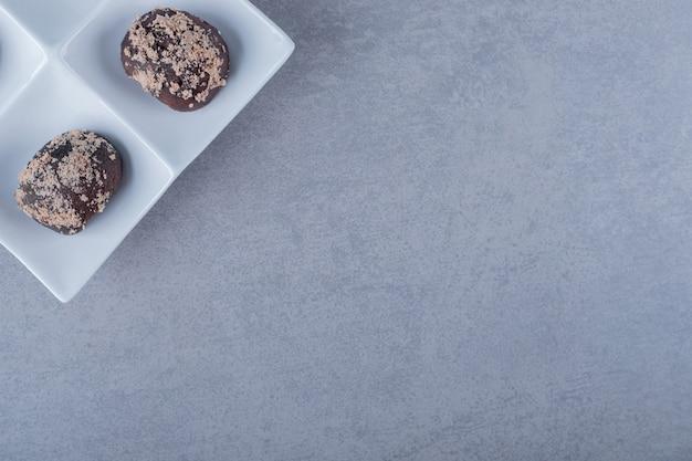 Frisch gebackene kekse auf weißem teller