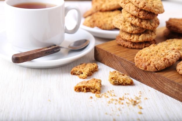 Frisch gebackene kekse mit tee