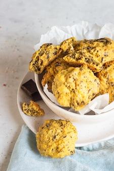 Frisch gebackene kürbisplätzchen mit hafermehl und schokoladenchips. gesunder snack zum frühstück.