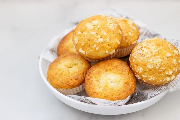 Frisch gebackene leckere vanille-muffins und muffins mit streusel