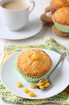 Frisch gebackene maismuffins auf der platte