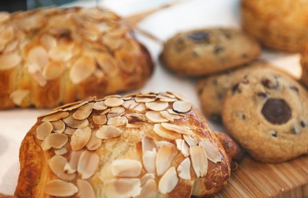 Frisch gebackene mandelcroissants in einem café ausgestellt