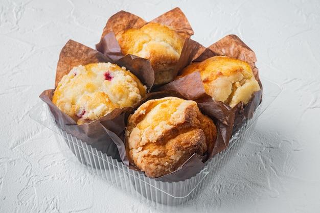 Frisch gebackene muffins auf einem behälter,