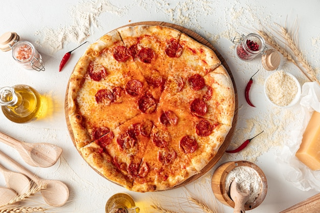 Frisch gebackene peperoni-pizza auf weißem hintergrund