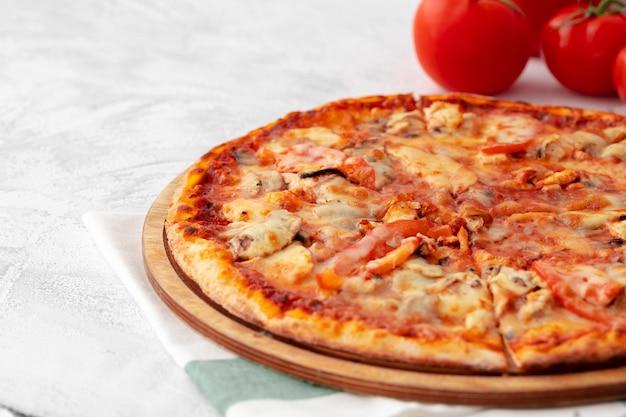 Frisch gebackene pizza auf tischnahaufnahme