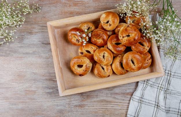 Frisch gebackene rosinenbrötchen zum mittagessen
