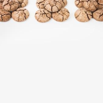 Frisch gebackene schokoladenplätzchen auf weißem hintergrund