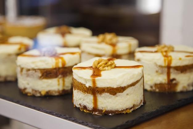 Frisch gebackene süße biskuitkuchen mit schokolade und karamell auf dem tisch sind essfertig. konzept des frühstücks oder der feiertags-leckereien. hintergrund für website oder banner. platz kopieren