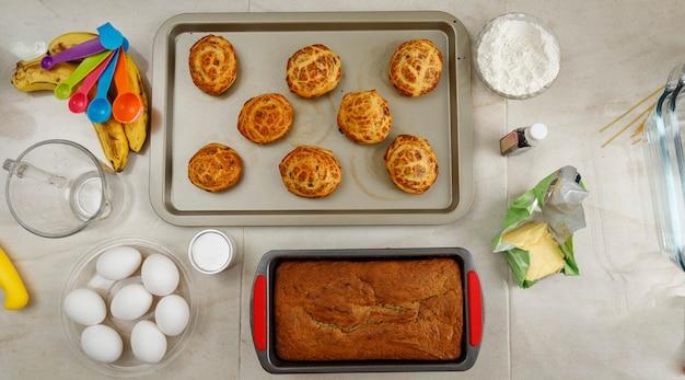Frisch gebackene traditionelle mexikanische kekse auf einem tablett, während sie aus dem ofen genommen werden