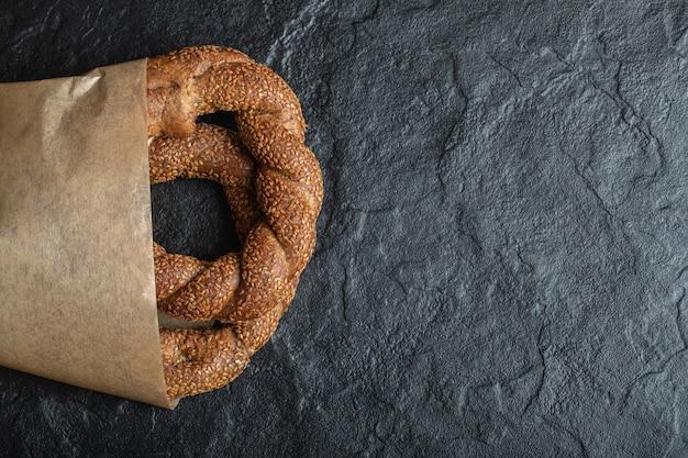 Frisch gebackene türkische simit auf schwarzem hintergrund