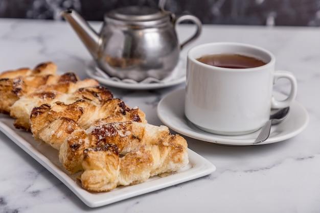 Frisch gebackene ware und tee